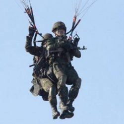 Спецназ КНДР отработал атаку с помощью парапланов