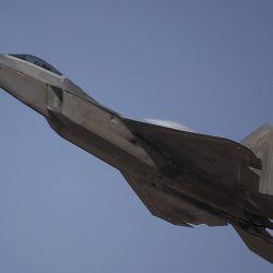 СМИ: США начали переброску в Японию новейших боевых самолетов F-22 Raptor