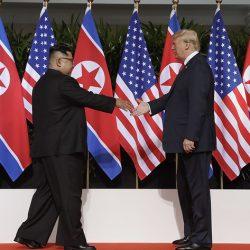 Трамп и Ким Чен Ын обменялись рукопожатием и ушли на личную встречу