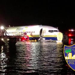 Пассажирский самолет Boeing 737 при посадке выкатился за пределы ВПП и упал в реку недалеко от города Джексонвилл во Флориде