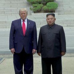 Д. Трамп и Ким Чен Ын встретились и пожали друг другу руки в Пханмунджоме