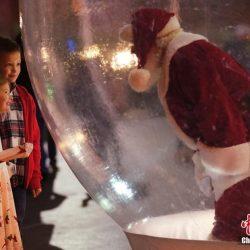 Санта-Клаус в США в воздушном шаре пообщался с туристами
