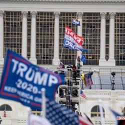Протестующие в США прорвались в здание Капитолия, процесс подсчета голосов приостановлен
