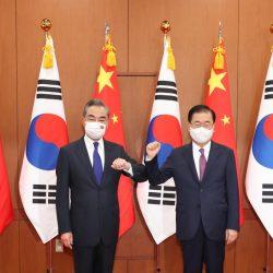 Ван И провел переговоры с главой МИД РК Чон Ый Еном